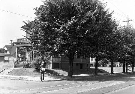 A2009-009.3271 - Residence NE Broadway 1929