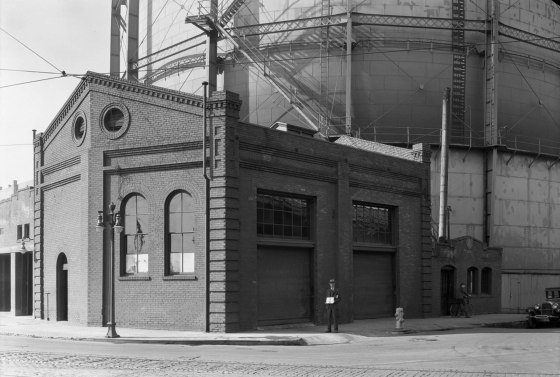 A2009-009.2479 NW Front Ave and Glisan St 1930