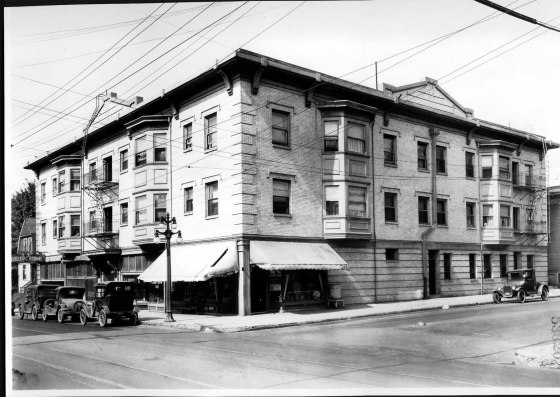 Building on NW corner SE 8th and Burnside 1927
